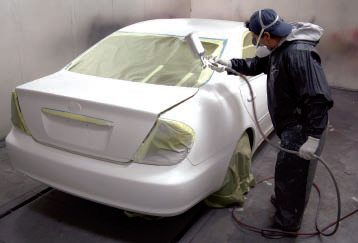 Finally it was time to spray the white pearl over the white base. It must be sprayed very evenly over the whole body, and this painter pointed out that spraying pearl in dry, thin coats is best.